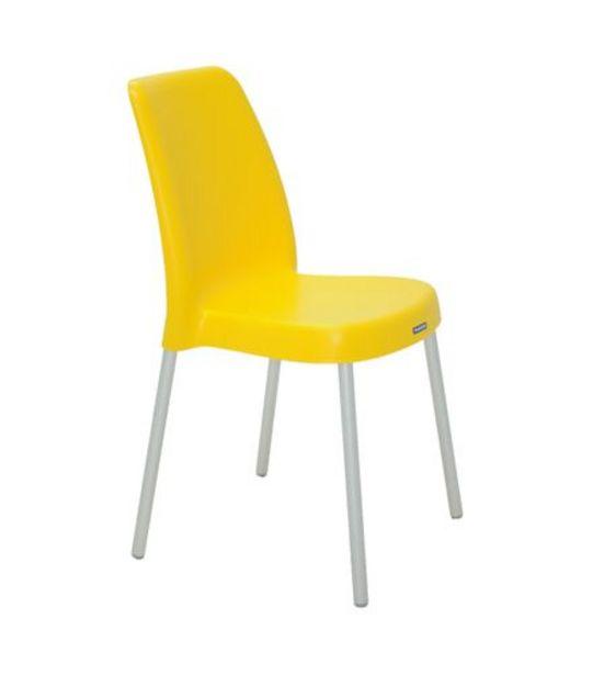 Oferta de Cadeira Vanda com Pernas Anodizadas Amarela Tramontina 92053000 por R$99,99