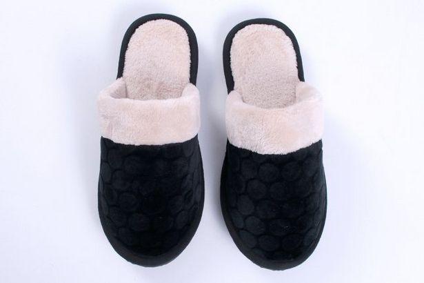 Oferta de Chinelo Feminino Inverno Com Textura E Plush Preta por R$27,99